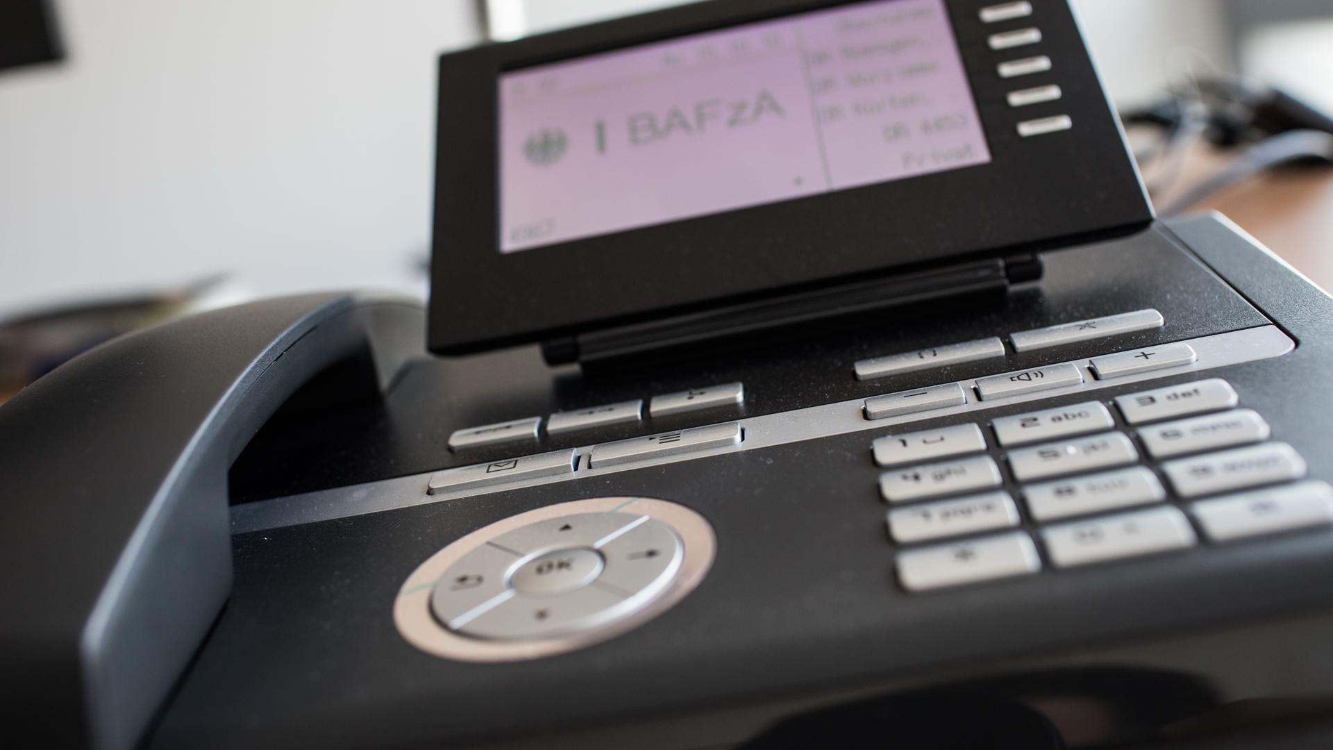 Ein modernes Festnetztelefon mit Display und Tastenfeld.