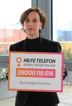 """Das Bild zeigt die Präsidentin Frau Edith Kürten  des BAFzA mit dem Aktionsschild der Mitmachaktion. """"schweigenbrechen"""""""