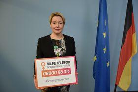 """Das Bild zeigt die Bundesfamilienministerin Frau Franziska Giffey mit dem Aktionsschild der Mitmachaktion. """"schweigenbrechen"""""""