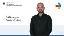 Ein Mann lächelt freundlich in die Kamera. Im Hintergrund ist die Navigation der Internetseite www.bafza.de abgebildet.
