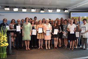 Ein Gruppenbild der Mitglieder des Ausschusses für Mutterschutz zusammen mit Juliane Seifert, Staatssekretärin im Bundesministerium für Familie, Senioren, Frauen und Jugend.