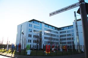 Das neue Straßenschild An den Gelenkbogenhallen vor dem BAFzA-Gebäude.